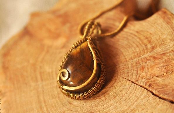 Красивый кулон с камнем тигровый глаз