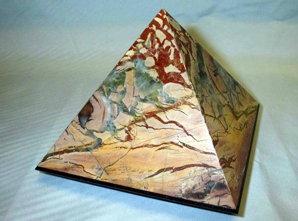 Пирамидка из яшмы