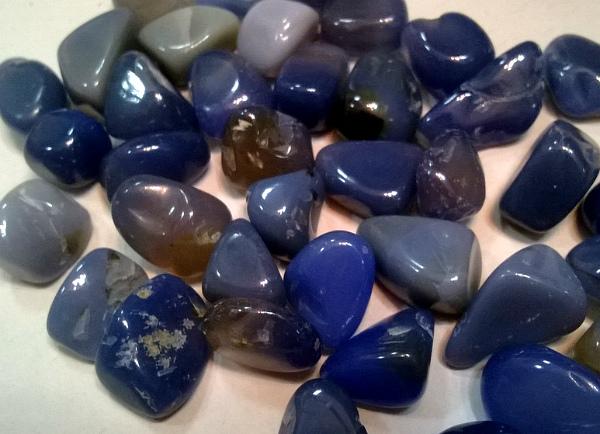 Синий агат камушки