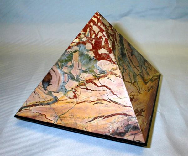 Яшма - изделие пирамида