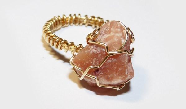 Кольцо с розовым азезтулитом