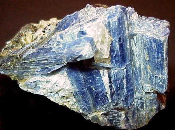 Камень кианит