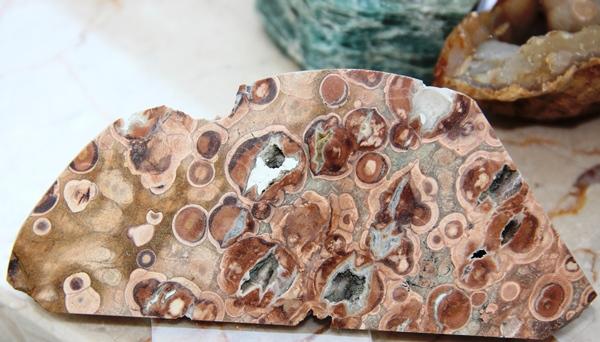 Как выглядит камень риолит