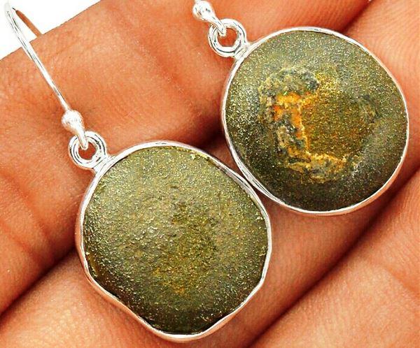Красивые серьги с камнем Боджи