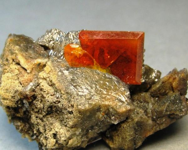 Кристалл вульфенита в породе