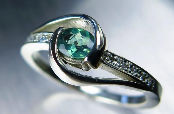 Кольцо серебряное с зеленым александритом