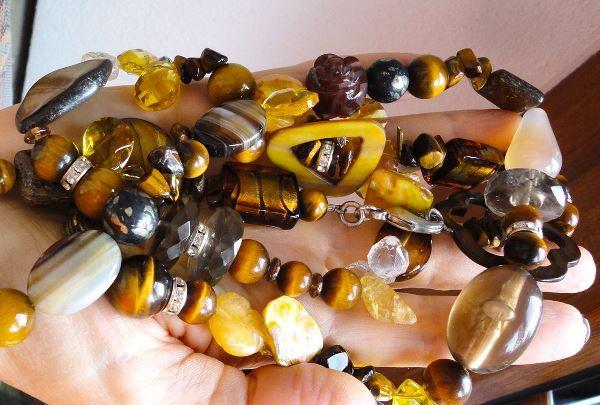 Бусы из разных видов камней