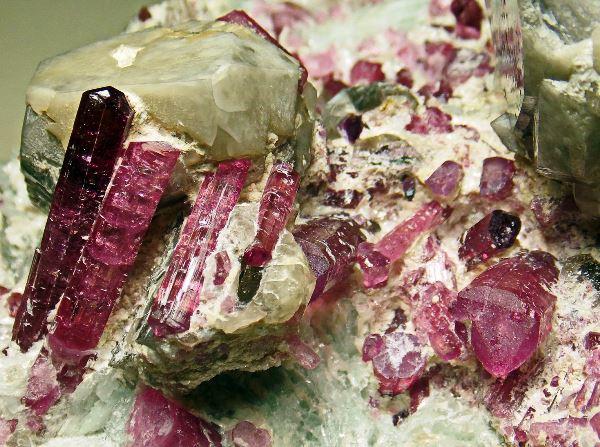 Камень турмалин эльбаит без обраобтки