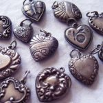 Почему серебро темнеет на теле человека